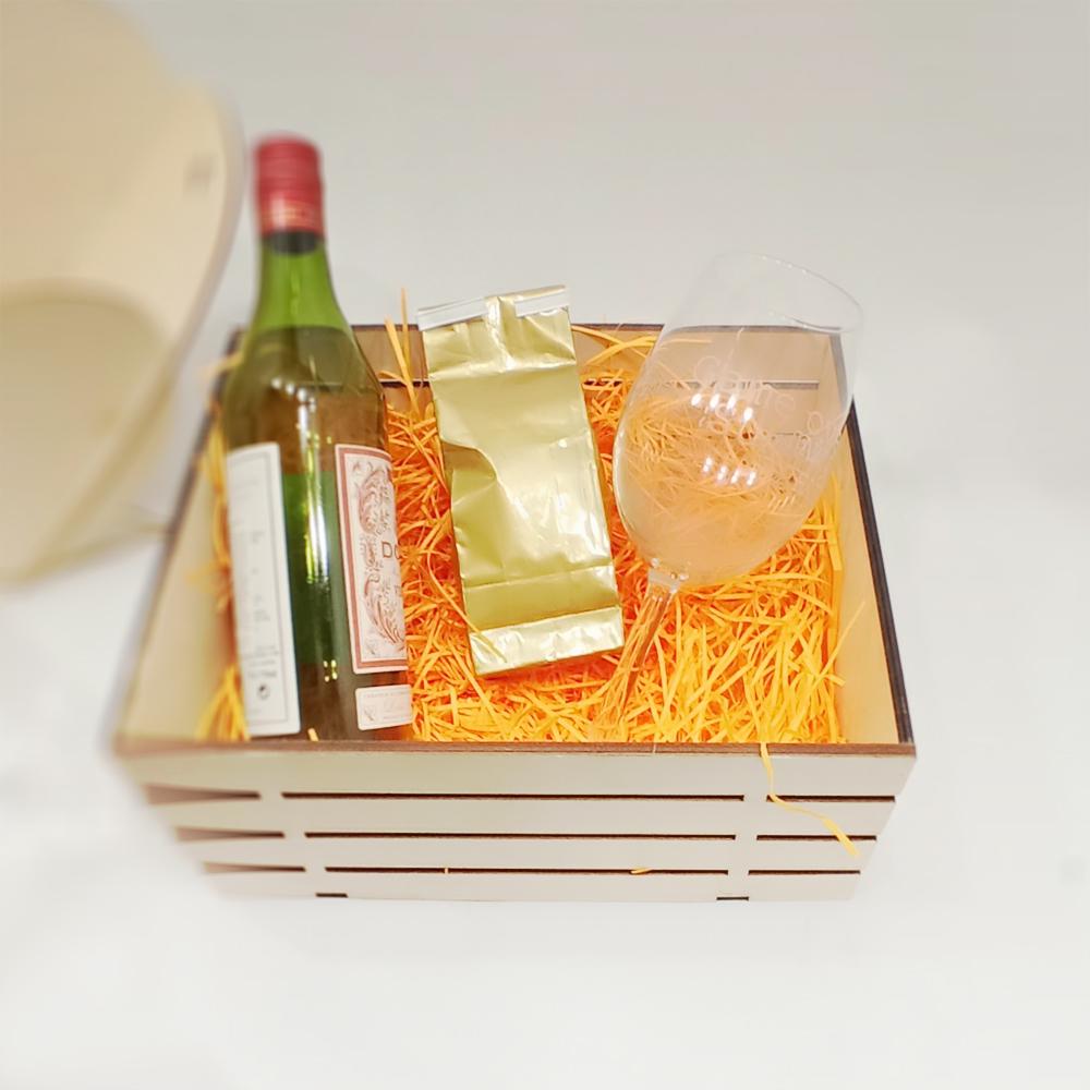 Ящик с подарком и наполнителем из бумаги